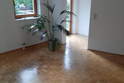 Schöne sonnige 2 Zi Wohnung + 2 Balkone in Grünlage und Innenstadtnähe ab 01.12.2021 zu vermieten
