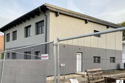 Neubau! Erstbezug! 4 Zimmer mit Terrasse, Parkplätze und Garten!