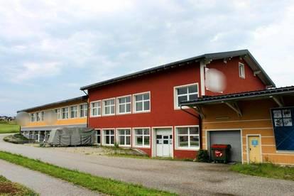 5141 Moosdorf: Teilbar !! Werbegünstig gelegene ca. 560 m² Produktions -/Werkstätten- u. Bürofläche + optional ca. 260 m² Lagerfläche im DG