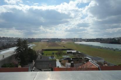 PROVISIONSFREI: Dachgeschoss-Wohnung mit großem Balkon, Abstellraum und Klimaanlage