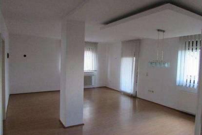 Schöne helle 4-Zimmer Wohnung mit großer Loggia, Gartenanteil und Garagenplatz