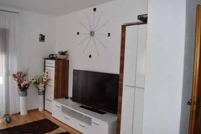 Vermiete schöne helle 5-Zimmer Erdgeschoß Wohnung  mit großer Terrasse und Garten und Garage