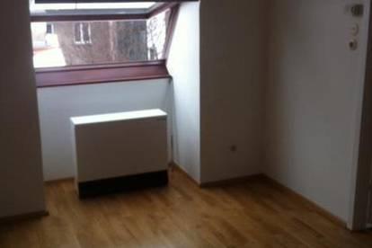 Dachgeschosswohnung, sehr ruhig, 2 Zimmer, saniert, kleine Küche, Singlehit, Nähe Schlossquadrat