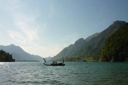 Helle und ruhige Ferienwohnung am See  mit Morgensonne und Bergblick