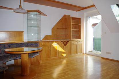 Helle Dachgeschoßwohnung mit Balkon zu vermieten