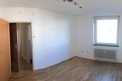 2-Zimmer Wohnung, hell, frisch saniert. ideal auch als WG