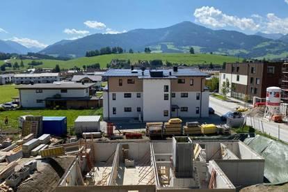 Drei Zimmer Wohnung mit gemütlicher Terrasse. Rund herum ein Paradies