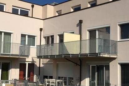 Moderne und helle 2 Zimmer Wohnung, Balkon, neue Einbauküche, 2 KFZ-Stellplätze