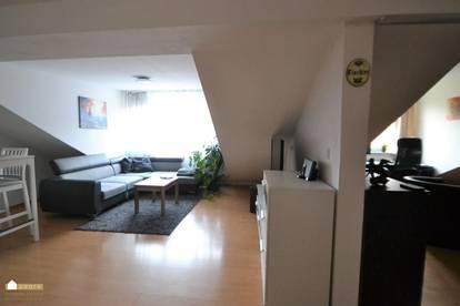 für junge Pärchen/Singles, hübsche Dachgeschoßwohnung, mit Wohnküche