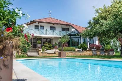 Imposantes Haus mit großem Garten und Pool