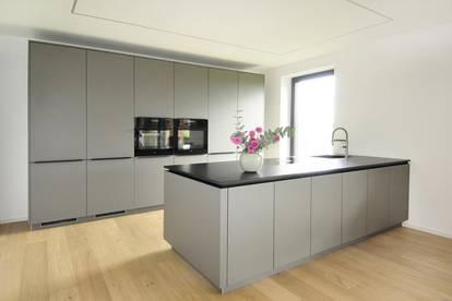 Erstklassiges Neubau Einfamilienhaus mit Doppelgarage und großem Garten und Fernblick in Haag!