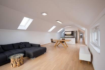 BÜRMOOS | Helles und modernes Penthouse mit großer Terrasse