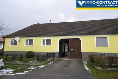 Gepflegtes Bauerhaus mit Innenhof und Grund