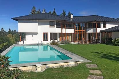 Cool am Pool auf 900 m Seehöhe! Sonnige Panoramavilla mit 360° Bergblick perfekt in Szene gesetzt