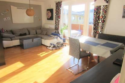 Neuwertige 2-Zi.-Terrassen-Wohnung mit Carport