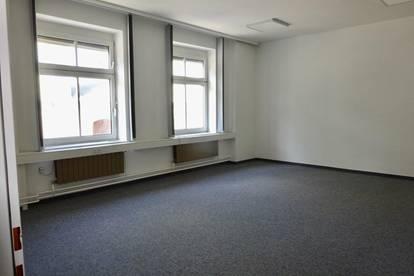 Büro mit 4 Räumen in Stockerau: inkl. Fernwärmeheizung, Nähe Ernstbrunnerstraße, A22, Wien gut erreichbar, weitere Büroräume, Halle und Parkplätze mietbar!