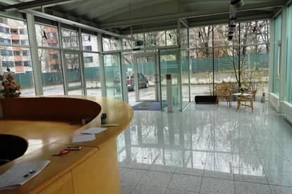 Firmensitz mit Mehrzweckhalle
