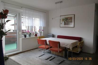 Helle, neuwertige 4 Zimmer Wohnung mit Loggia und Tiefgarage in schöner Stadtrandlage
