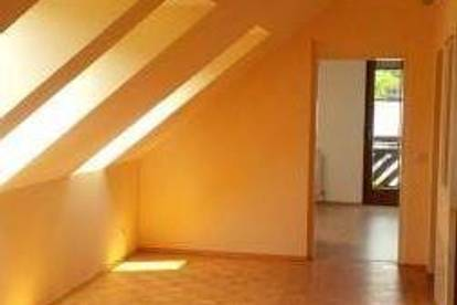 Wies: Helle 2 Zimmer Dachgeschoss Wohnung mit Balkon und Carport