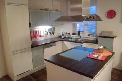 Moderne, neuwertige und hochwertig möblierte 3 Zimmer Wohnung mit Balkon und Carport