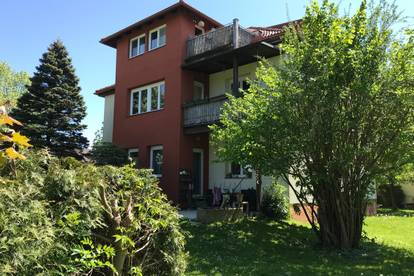 Villa mit Altbaucharme! Lichtdurchflutete 3 Zimmer Wohnung mit Balkon und Gartenanteil