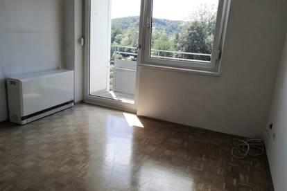 Lichtdurchflutete 3 Zimmer Wohnung mit Balkon in zentraler Lage