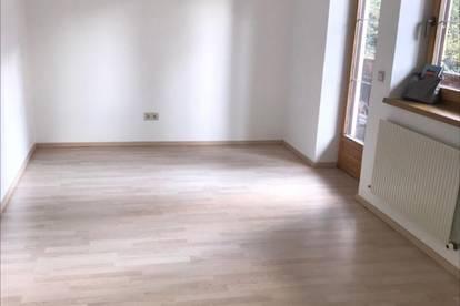 Lans– Ruhelage im Grünen: Sehr gepflegte geräumige lichtdurchflutete 2-Zimmerwohnung in privatem Wohnhaus, 65 m² Wfl, Eckbalkon, Autoabstellplatz, Sofortbezug