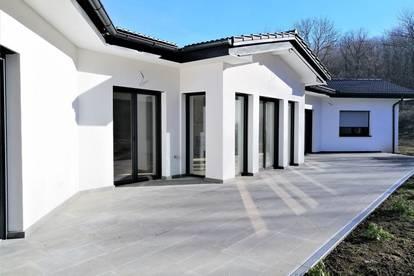 *** TOP AUSSTATTUNG *** Bungalow am Waldrand*** Hallenschwimmbad, 300 m² Wohnfläche und 2.403 m² Grundfläche, 20 Minuten nach Wien