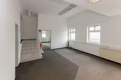 Umfassend SANIERT | Bürofläche ca. 120 m2, neu asphaltierter Parkplatz und neue Fassade mit Werbemöglichkeit und Beleuchtungssystem