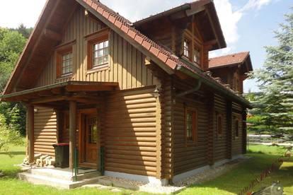 Traditionelles Blockhaus für Naturverbundene_ Einfamilienhaus mit großem ebenen Garten wartet auf Sie!