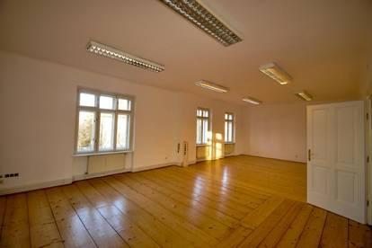 Villa in frequentierter und repräsentativer Lage- Ideal als Rechtsanwaltskanzlei oder Praxisraum und dgl. geeignet.