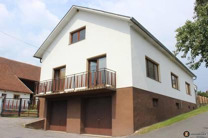 Großes Wohnhaus mit Nebengebäude in Ruhelage