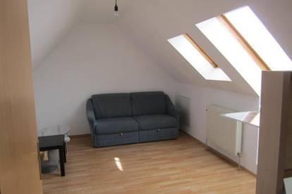 Felixdorf: Kleine, gemütliche Dachgeschoßwohnung in zentraler Lage