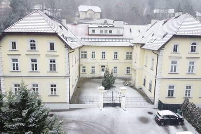 Große Mietwohnung mit Garten in einem revitalisierten Schlösschen in Klosterneuburg.