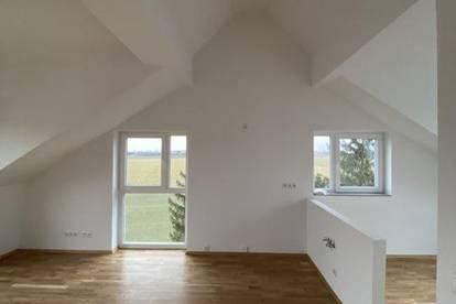 Geniale , Fesche , helle ,  Dachgeschosswohnung  mit tollen Balkon + guter Aussicht.