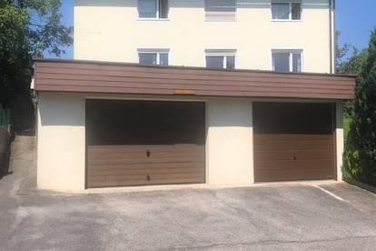 Grosses Haus mit 2 Wohneinheiten und Geschäft und 4 Garagen
