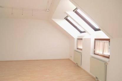 Lichtdurchflutete Dachgeschosswohnung!