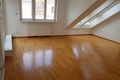 Ruhige Dachgeschoß-Wohnung mit Terrasse zu vermieten!