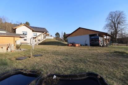 Modernes Wochenendhaus mit sonnigem Garten
