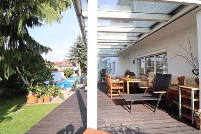 HAUSMANNSTÄTTEN: Großzügige Villa mit sonniger Terrasse
