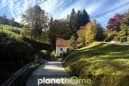 Sehr stark renovierungsbedürftiges ehemaliges Mühlen-Häuschen mit idyllischem Grundstück neben Bach