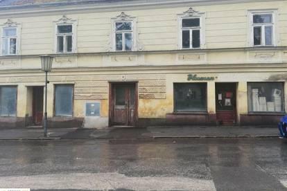 Geräumiges Geschäfts- und Wohnhaus im Zentrum von Ernstbrunn! Besichtigung mit Einzelterminen nach telefonischer Vereinbarung am SONNTAG, 16.5.2021
