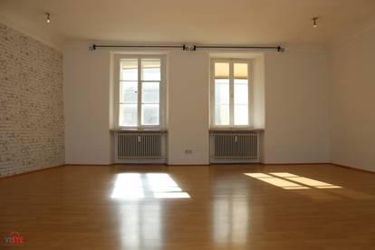 Altstadtwohnung mit riesengroßem, hellem Wohnzimmer!
