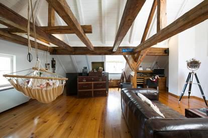 Urban Living in Altbau-Maisonette