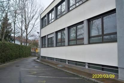 Schönes, zentral gelegenes Bürogebäude und Lagerflächen mit 20 Parkplätzen und 2 Garagen sofort zu Mieten