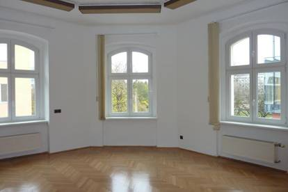Lustenauerstr.: Zentral gelegenes Büro mit 6 getrennt begehbaren Räumen, Damen- und Herren WC, Bad, optional 2 Parkplätze im Innenhof.