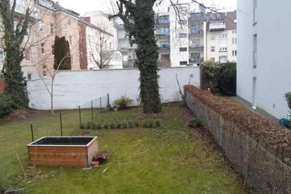 Schubertraße: Schöne, zentral gelegene Altbauwohnung, mit Balkon und Eigengarten, 2 Zimmer, 64,2m2 WNFL,Erdgeschoß