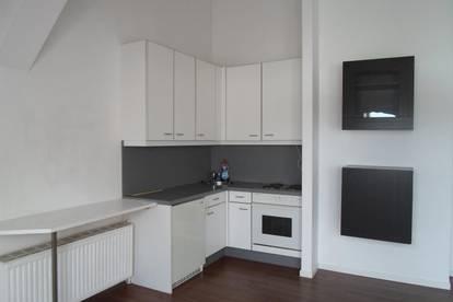 Köglstraße: Ruhige, hübsche Dachgeschoßwohnung , 47m2 WNFL, 2 Zimmer, ablösefreie Küche, 3.Stock