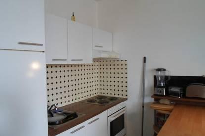 Leonfeldnerstraße: Nette, geräumige 1 Zimmerwohnung, ablösefreie Küche, ca.30m2 WNFL, 4.Liftstock, Parkplatz!