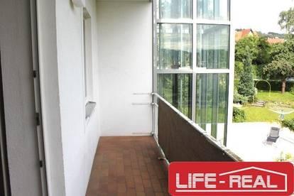 sonnige, sanierte Zweizimmerwohnung am Auberg mit Loggia